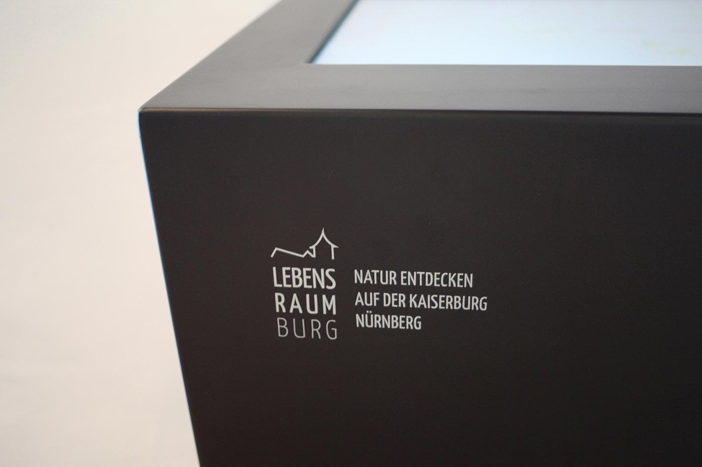 Touchscreen Stele Nahaufnahme mit aufgeklebtem Text auf Stele