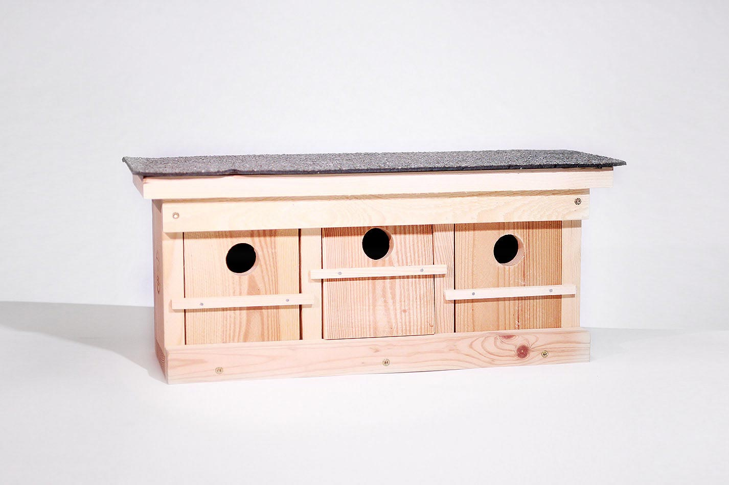 Sperlingskoloniehaus aus Holz mit drei Brutkammern und drein Einfluglöchern