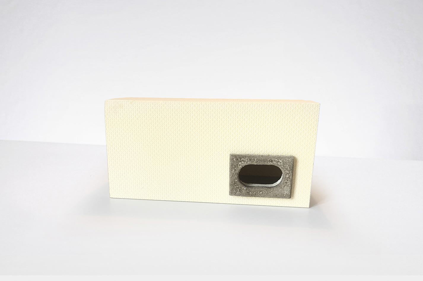 Mauersegler Nistkasten aus WDV Material mit einem Einflugloch mit einem schwarzen Einflugring