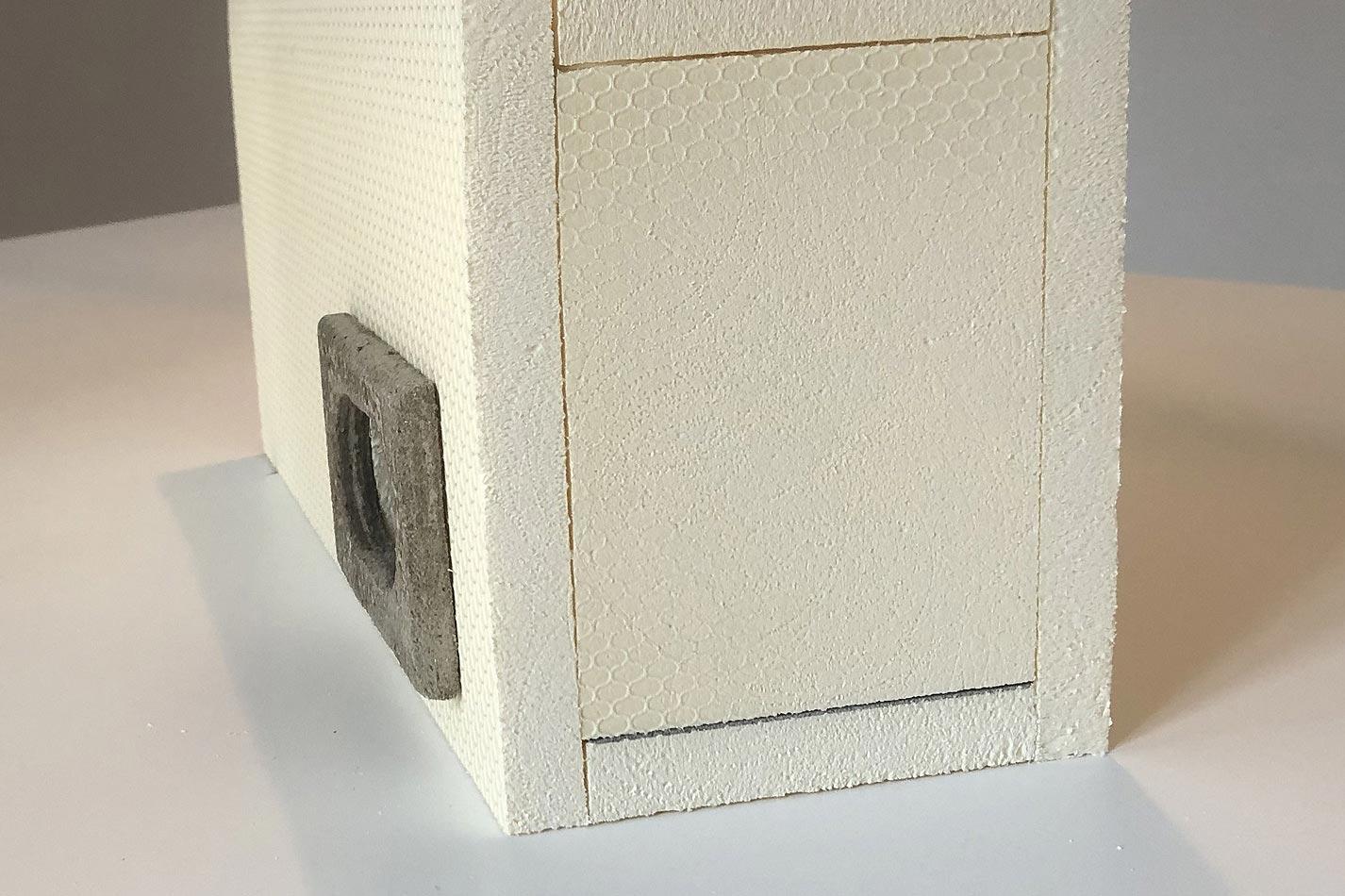 Mauersegler Kasten aus WDV Material mit einem Einflugloch mit einem schwarzen Einflugring