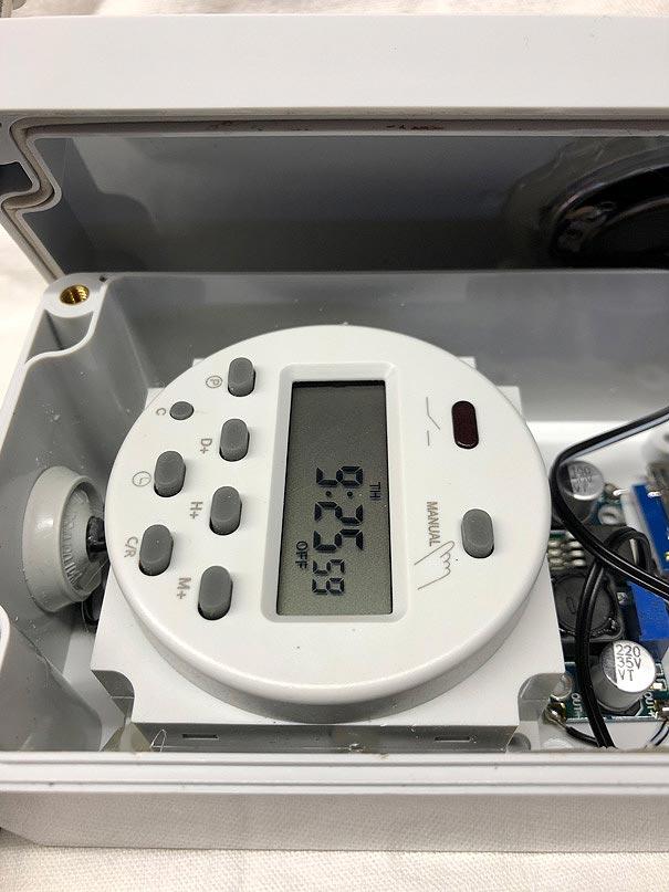 Eine Zeitschaltuhr mit einer digitalken Anzeige eines Timers einer Klangattrappe für die Abspielzeiten
